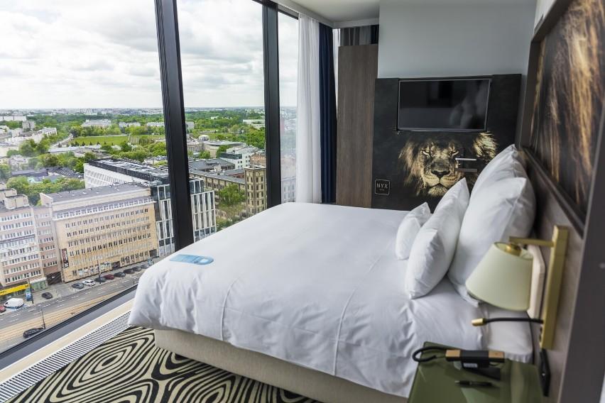 Hotel NYX w Varso ze skybarem na dachu. Nazwa od nocnej bogini. Pokoje z widokiem na panoramę Warszawy