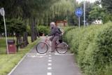 Czy rowerzysta może jechać drogą, gdy obok jest ścieżka? Najważniejsze z zasad