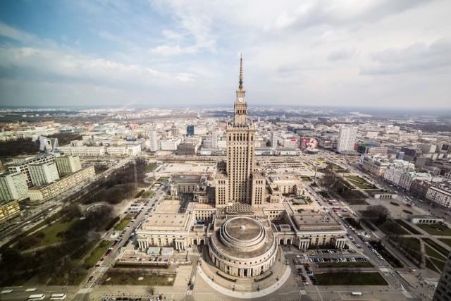 Przypomnijmy, że Pałacu Kultury i Nauki, od momentu powstania - czyli od 22 lipca 1955 roku - jest najwyższym budynkiem w Polsce. Ma 237 metrów. Za kilka lat być może straci ten tytuł, ponieważ rozpoczynają się negocjacje na temat postawienia wieżowca o wysokości 310 metrów. Miałby stanąć vis a vis Dworca Centralnego.   Zobacz też: W Warszawie powstanie 310-metrowy wieżowiec. Stanie naprzeciw Złotych Tarasów i przewyższy PKiN