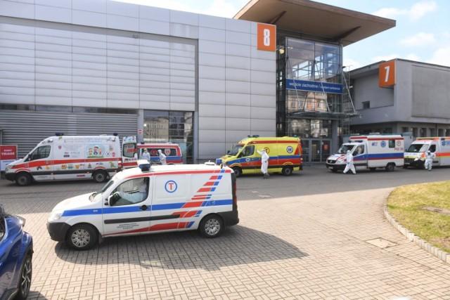 W szpitalu tymczasowym na MTP w Poznaniu mają być problemy z tlenem, który jest niezbędny dla pacjentów zakażonych koronawirusem. Na miejscu są już strażacy.   Zobacz więcej zdjęć ---->
