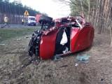 Groźny wypadek na drodze krajowej między Brzózką a Wężyskami. Doszło do zderzenia samochodu osobowego z ciężarówką