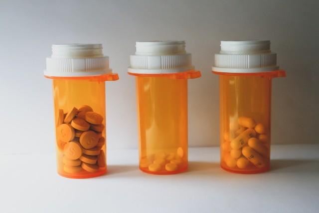 Zaletą japońskiego leku jest doustny sposób podania. Tymczasem powszechnie stosowany remdesivir musi być przyjmowany przez chorych z COVID-19 poprzez kroplówkę, co może odbywać się tylko w warunkach szpitalnych