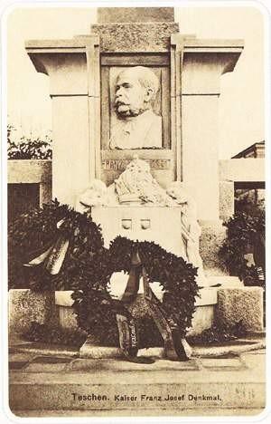 Stanisław Kawecki pokazuje tablicę z . wojciech trzcionka