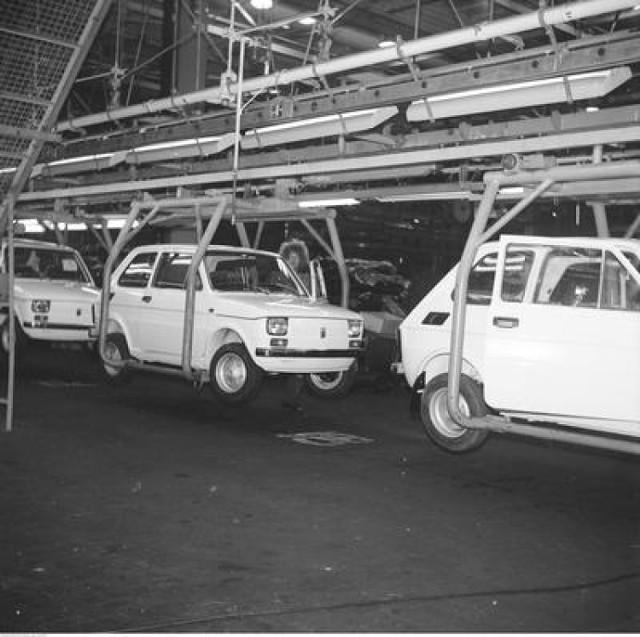 Opis: Samochody Fiat 126 na taśmie montażowej.  Rok: 1975  Źródło: NAC