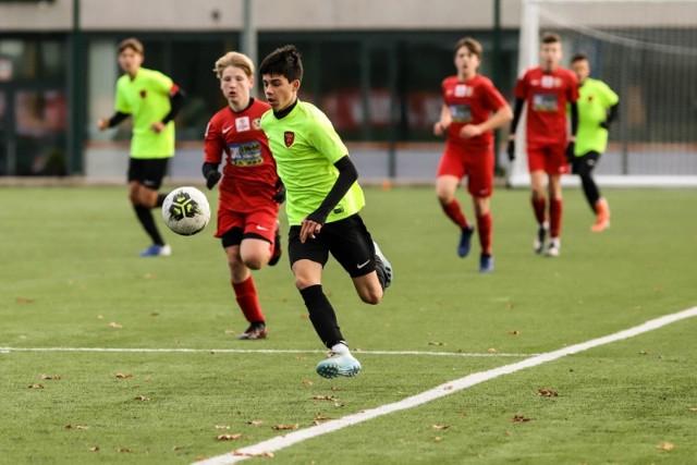 Piłkarze Escoli Varsovia Warszawa niespodziewanie przegrali 0:2 z Polonią Warszawa i skomplikowali sobie walkę o pierwsze miejsce w grupie A Centralnej Ligi Juniorów U-15.