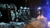 Gmina Kodrąb: Wypadek na DK 42 w Rzejowicach. Ciężarówka wjechała do rowu i przewróciła się na bok