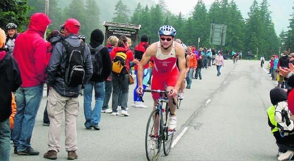 Marek Olszewski w wyścigach kolarskich daje z siebie wszystko, podobnie jak w pozostałych konkurencjach triathlonu.