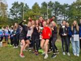 Mogilno. Dziewczęta z Zespołu Szkół z brązowymi medalami Mistrzostw Województwa Kujawsko-Pomorskiego w Sztafetowych Biegach Przełajowych