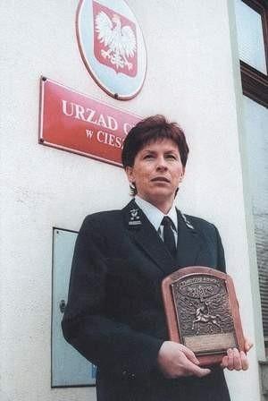 Elżbieta Gowin pokazuje nagrodę za zwalczanie piractwa fonograficznego.  WOJCIECH TRZCIONKA