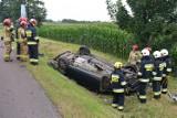 Ford zjechał z drogi i koziołkował. 19-latek został ranny [ZDJĘCIA]