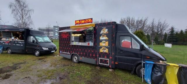 Żarciowozy przyjechały do Dąbrowy Górniczej. Food trucki znajdziemy na parkingu przy targowisku miejskim.   Zobacz kolejne zdjęcia. Przesuń zdjęcia w prawo - wciśnij strzałkę lub przycisk NASTĘPNE