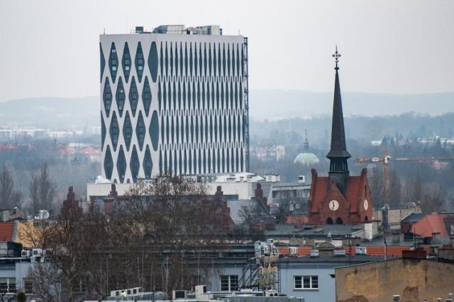 Sprawdź, jak wyglądają znane obiekty w stolicy Wielkopolski sfotografowane ze strażackiego podnośnika.   POLECAMY TEŻ: 75 zdjęć Poznania z lat 90. Galeria miasta, którego możesz nie poznać!  Przejdź dalej i zobacz kolejne zdjęcia --->
