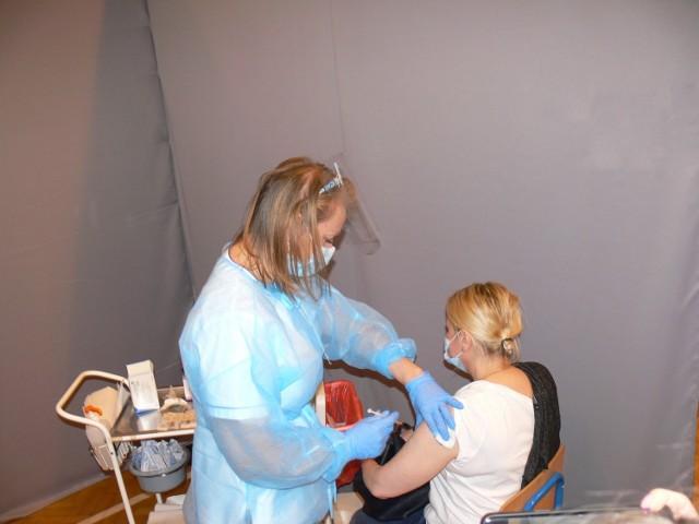 Do godziny 14.30 szczepionkę  w sandomierskim punkcie  przyjęło ponad 100 osób. Jedną z nich była Anna Tinc z Gorzyc, która przyznała po szczepieniu, że nie mogła doczekać się tego momentu, kiedy otrzyma pierwszą dawkę szczepionki