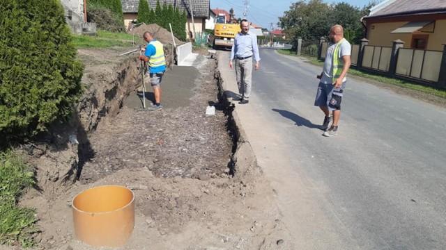 Budowa chodnika w Wyszatycach w gminie Żurawica.