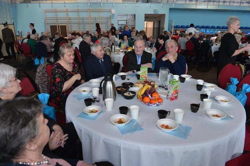 Bal seniora w gminie Cedry Wielkie - zdjęcia! Ponad 300 osób bawiło się podczas spotkania. Wręczono medale za pożycie małżeńskie