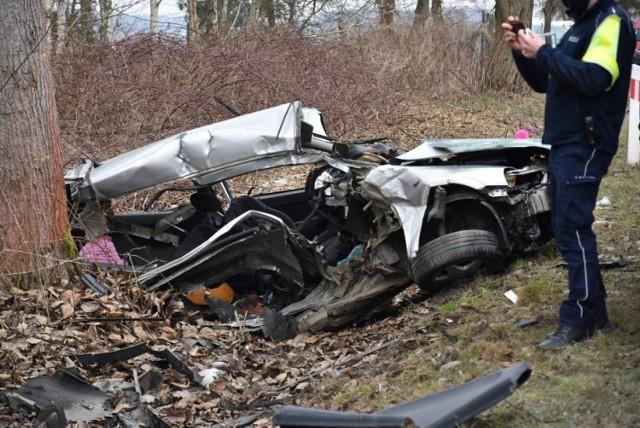 Do tragicznego wypadku doszło 11 marca. Kierująca oplem straciła panowanie nad pojazdem i uderzyła w jadące z naprzeciwka bmw. Niestety, pomimo udzielonej pomocy nie udało się uratować życia 26-latki, mieszkanki powiatu oleśnickiego.