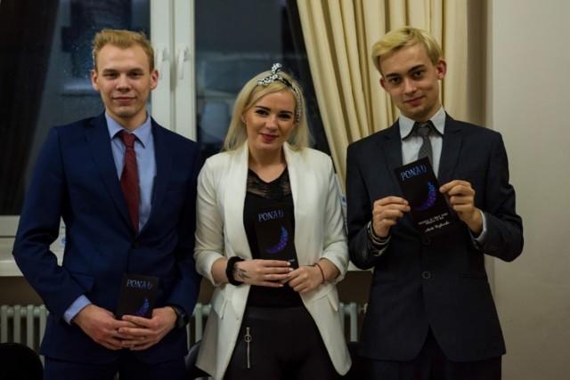 """- Po prawej stronie jest najbliższa osoba mojemu sercu, czyli mój chłopak i grafik Wojtek Obierski, a po lewej Dawid Błaszak, przyjaciel i lider inicjatywy """"Bądź PONAD tym wszystkim"""" - mówi bydgoszczanka."""