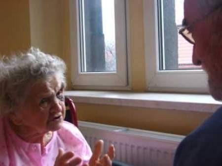 Berta Broncel w ubiegłym tygodniu skończyła 103 lata! Na zdjęciu w trakcie rozmowy z dr. Stefanem Bregułą.