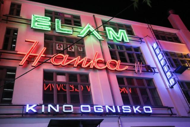 HANKA - jeden z piękniejszych neonów trafił do galerii neonów ze sklepu Społem znajdującego się niegdyś przy ul. Powstańców Śląskich.  KINO OGNISKO - napis rozświetlał wejście do dawnego kina na Karłowicach. Powstał na przełomie lat 50 i 60.   ELAM - pochodzi z z ulicy Chorwackiej, gdzie mieściły się przemysłowe budynki Zakładów Automatyki.  Przejdź na kolejny slajd za pomocą strzałek bądź gestów na telefonie, aby zobaczyć wrocławskie neony