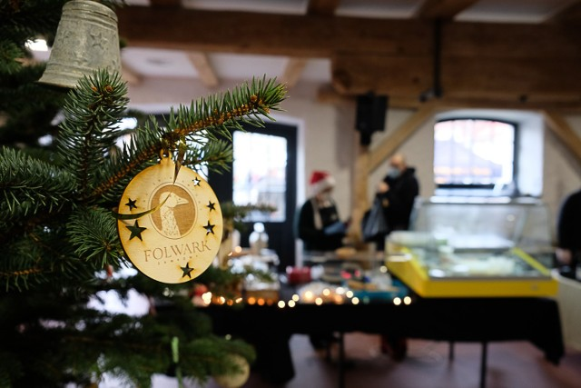 Targ Śniadaniowy w Żarach w niedzielę 6 grudnia przyciągnął sporo chętnych. A z każdego kąta czuć było świąteczny klimat.