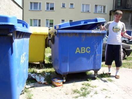 - Tego smrodu nie da się wytrzymać - mówi Sebastian Gąsiorowski, mieszkaniec kamienicy przy ul. Młyńskiej w Chojnicach.