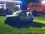 Laskowice. Groźny wypadek na gruntowej drodze. Daewoo uderzyło w przepust i dachowało.  16- 19- i 22-latek trafili do szpitala