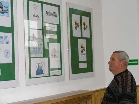 Prace wyróżnione podczas konkursu na logo obchodów 80-lecia nadania Czerskowi praw miejskich można oglądać w czerskim Urzędzie Miejskim. Na zdjęciu Franciszek Breszka. Fot. Maria Sowisło