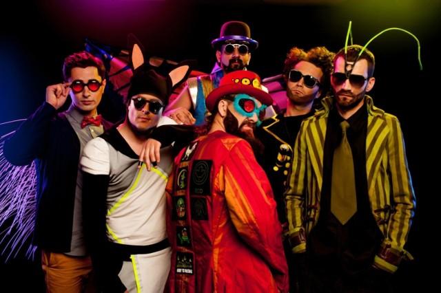 """Piszą o sobie, że pomysł na zespół zrodził się podczas licznych jam sessions w warszawskich klubach. Do dziś żywiołem Łąki Łan są w pierwszej kolejności, a studio nagraniowe jest wyłącznie ich dopełnieniem. Już w tę sobotę barwny stołeczny sekstet wystąpi na deskach Eskulapa.  Muzyka Łąki Łan to wypadkowa funku i punka. Z tego pierwszego stylu zaczerpnęli charakterystyczny puls, z drugiego - przewrotny charakter kompozycji. Członkowie formacji twierdzą, że w ciągu ponad dekady i trzech wydanych płyt zdołali wypracować sobie własne, charakterystyczne brzmienie. Określają je mianem """"słowiańsko-międzygalaktycznego"""". Duża w tym rola oryginalnych, żartobliwych tekstów, które skłaniają słuchacza do odszyfrowania ich treści.  Koncerty grupy słyną z kolorowej oprawy. Kluczową rolę odgrywają w nich nietypowe kostiumy i solidny ładunek energii. W sobotę usłyszymy przekrojowy materiał, w tym piosenki z ostatniej płyty """"Armanda"""".    Koncerty w Poznaniu: Czytaj więcej TUTAJ  Łąki Łan 29 listopada, godzina 20 Eskulap (ul. Przybyszewskiego 39) bilety: 37, 42 zł"""