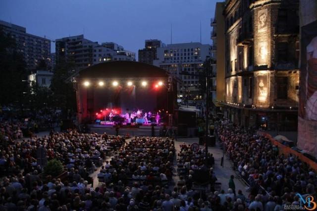 """Co roku festiwal, który odbywa się pomiędzy placem Grzybowskim i ulicą Próżną, odwiedza 60 tys. osób. Przychodzą, żeby zobaczyć wybitnych muzyków, literatów, aktorów i innych twórców kultury związanych z polsko-żydowską tradycją.  Największą gwiazdą będzie zapewne David D'Or, światowej sławy izraelski kontratenor i kompozytor, który wystąpi w ramach Jazz Singer Festiwal - muzycznej odnogi wielokulturowego święta.  Po raz pierwszy na jednej scenie zobaczymy go w unikalnym połączeniu z wielką gwiazdą izraelskiej sceny muzycznej, Miri Mesiką. Poza nimi będziemy mogli usłyszeć m.in. projekt """"Ahava Raba"""", czyli muzykę klezmerską i kantoralną; Annę Marię Jopek, która po raz pierwszy zaprezentuje płytę zespołu Kroke """"Traveller"""" z jej gościnnym udziałem; Daniela Kahna, reżysera i poetę, który połączy punk rocka z akordeonem i klarnetem w projekcie """"The Painted Bird"""".  Nie zabraknie również spektakli teatralnych. Pojawią się m.in. produkcje Teatru Żydowskiego, ale także """"Dybuk"""" i """"Malowany Ptak"""" duetu Maja Kleczewska i Łukasz Chotkowski. Jak co roku możemy liczyć też na warsztaty, wernisaże, wykłady, spotkania z autorami i pokazy filmów.  Festiwal Warszawa Singera odbywa się w terminie od 25 sierpnia do 6 września. Wstęp na część wydarzeń jest wolny."""