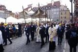 Boże Ciało w czasie epidemii. Tłum warszawiaków na procesji przechodzącej ulicami Starego Miasta