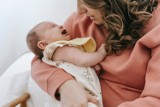 Studiujące matki na wykładach z dziećmi. Ten profesor przetarł szlaki innym wykładowcom