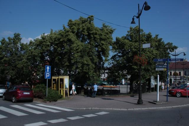 Rynek w Bochni w dawnym kształcie z rozłożystymi drzewami, 17.06.2013