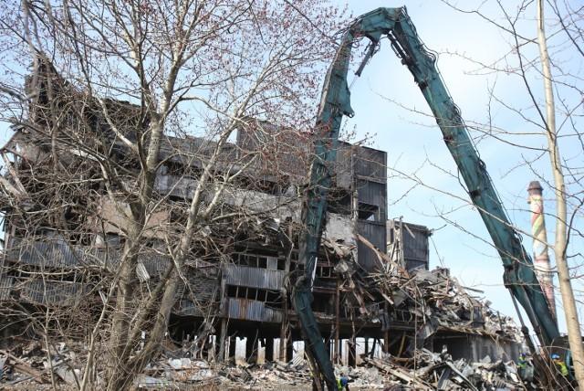 Mysłowice. Rozbierają jeden z budynków po dawnej KWK Mysłowice. Część budynku już wcześniej się zawaliła.  Zobacz kolejne zdjęcia. Przesuwaj zdjęcia w prawo - naciśnij strzałkę lub przycisk NASTĘPNE