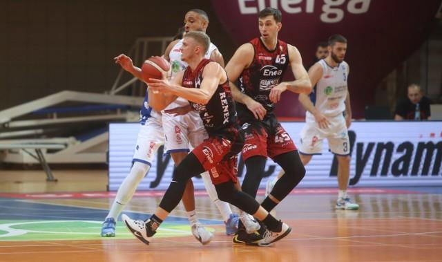 Koszykarze Enea Astroii (czerwone-czarne stroje) musieli uznać wyższość rywali z Dąbrowy Górniczej