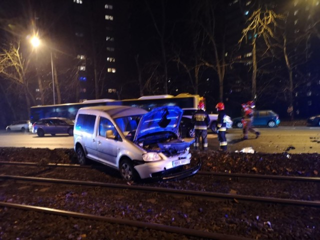 Wypadek na torach tramwajowych na os. Tysiąclecia w Katowicach.  Zobacz kolejne zdjęcia. Przesuwaj zdjęcia w prawo - naciśnij strzałkę lub przycisk NASTĘPNE