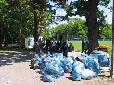 Dwa razy w roku uczniowie z Wapienicy zbierają śmieci w okolicy