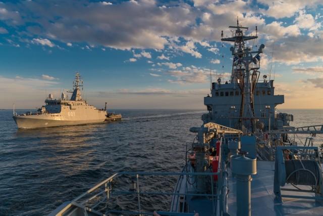 Demonstrujemy solidarność sojuszników – to jedno z zadań ćwiczebnej operacji morskiej sił NATO, Solidarna Bellona, na Bałtyku. Dwadzieścia okrętów operujących na morzu, m.in. w polskiej strefie, to wyraźny sygnał dla Rosjan. – To prosta informacja przekazana za pomocą instrumentarium wojskowego – będziemy chronić wschodnią flankę NATO, mamy zdolności i nie zawahamy się ich wykorzystać. Sytuacja jest dynamiczna – Bałtyk stał się jednym z miejsc rywalizacji między NATO a Rosją – podkreśla prof. Piotr Mickiewicz, politolog z Uniwersytetu Gdańskiego