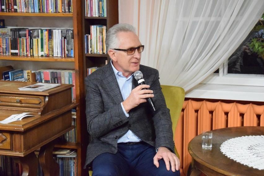 Pruszcz Gdański: Prof. Chwalba na Biesiadzie Literackiej spotkał się z miłośnikami historii w bibliotece ZDJĘCIA, WIDEO