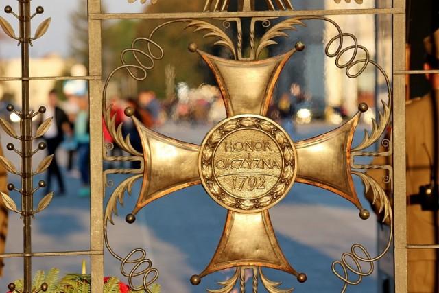 Cmentarze wywołują zadumę i zachwyt. Szczególnie jesienią, gdy wspominamy zmarłych. W Polsce znajduje się wiele cmentarzy o wspaniałej historii i z niezwykłą aurą!  Za każdym z nich stoją fascynujące życiorysy tych, których już z nami nie ma.  Zobacz galerię najciekawszych, najdziwniejszych i najpiękniejszych polskich cmentarzy!