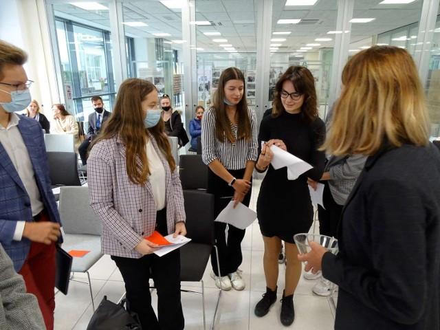 Uczniowie I LO kontra II LO. Debata oxfordzka w Książnicy Pedagogicznej w Kaliszu