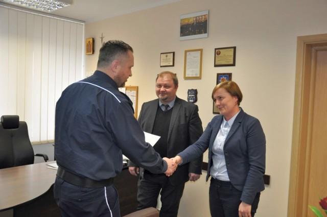 Mł. insp. Maciej Wesołowski podziękował pracownikom bielskiego banku za profesjonalną postawę i pomoc w udaremnieniu oszustwa metodą na policjanta