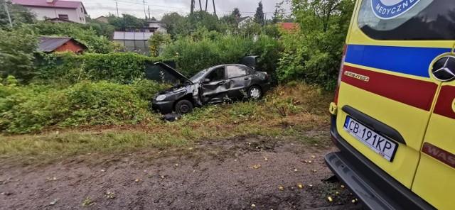 Samochód wypadł z drogi, wjechał w pieszego, a następnie dachował.