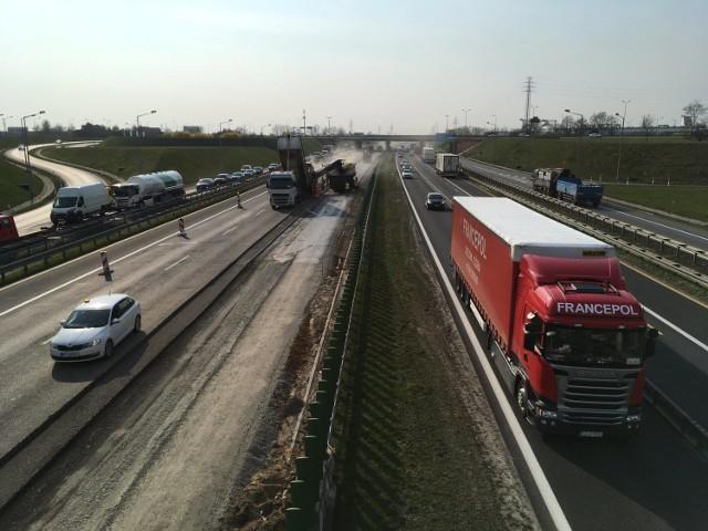 Prace nad rozbudową autostradowej obwodnicy Poznania trwały od marca tego roku. Miały potrwać do połowy 2020 roku, ale udało się je zakończyć dużo szybciej. Tak przebiegała budowa trzeciego pasa A2.  Przejdź do następnego zdjęcia ---->