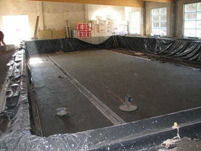 Niecka basenu jest już praktycznie gotowa, wcześniej zamontowano dach i okna