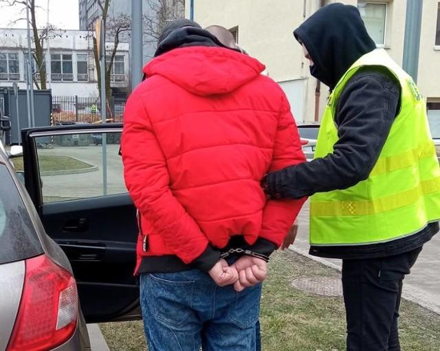 Łódzcy policjanci ruszyli za mężczyzną podejrzanym o kradzież paliwa. Podejrzanego opla funkcjonariusze łódzkiej drogówki zatrzymali na ul. Strykowskiej 283. Kiedy kierowca otworzył drzwi poczuli zapach alkoholu i silny odór benzyny. Okazało się, że za kierownicą opla siedział nietrzeźwy (ponad 0,8 promila w organizmie) i nieposiadający uprawnień do kierowania 27-letni mężczyzna. Dodatkowo samochód nie miał aktualnej polisy, ani ważnego przeglądu technicznego. Wewnątrz pojazdu znajdowało się 8 pojemników o różnej pojemności, wypełnionych cieczą o zapachu benzyny.