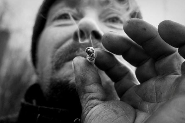 """Fotograf Dariusz Madziński wygrał konkurs zestawem zdjęć zatytułowanym """"Człowiek"""", w którym przedstawia codzienne życie pana Piotra – bezdomnego mężczyzny żyjącego na peryferiach Piły już od dziesięciu lat. – Pomyślałem, że nie mamy pojęcia, co takie osoby robią, jak sobie radzą, jak żyją... Zdjęcia robiłem od stycznia do marca tego roku. Kontakt z panem Piotrem pokazał mi, jak kruche są lub mogą być podstawy naszej codzienności – mówił fotograf tuż po werdykcie jury."""