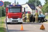 Nowy Staw. Wypadek na ulicy Gdańskiej. Samochód wjechał w drzewo, dwie osoby trafiły do szpitali