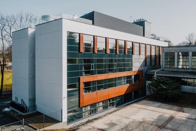 Projekt Domu Utopii powstającego na osiedlu Szkolnym w Nowej Hucie obejmuje nowoczesne centrum edukacyjne, pracownie rzemieślnicze, przestrzeń spotkań, rezydencje artystyczne, a także strefę ruchu i odpoczynku.