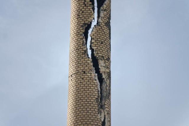 Tak wyglądał wysoki komin w Wałowicach po tym jak uderzył w niego piorun.