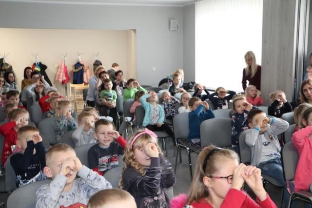 Gmina Blizanów. W Jankowie Pierwszym dzieci obejrzały bajkę promującą czytelnictwo